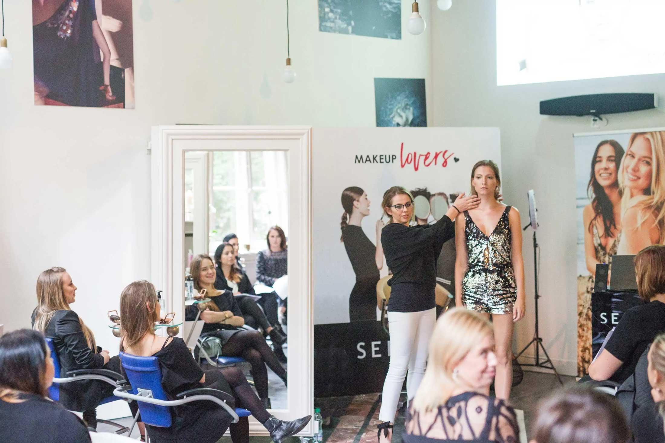 Katarzyna Zielinska prezentuje makijaż rozświetlający na pięknej modelce w krakowie na potzreby szkolenia dla Sephora Polska