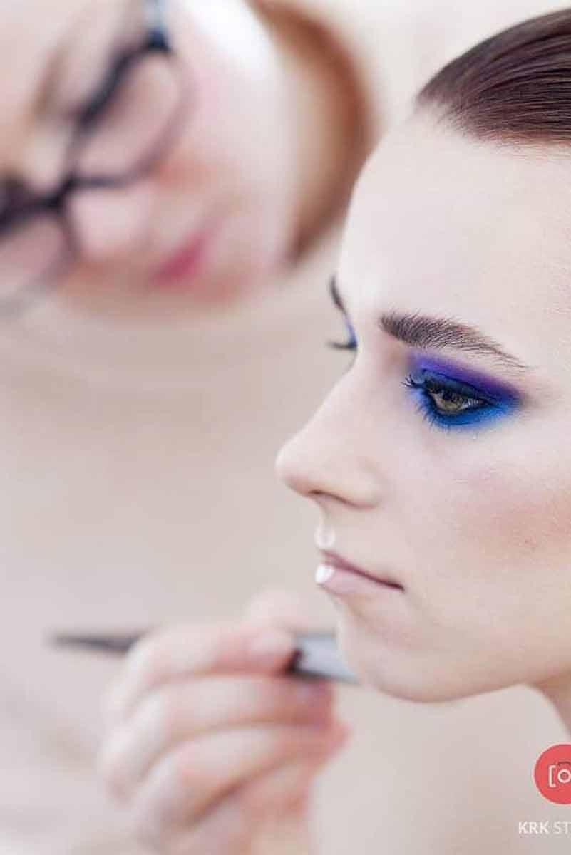 Katarzyna Zielińska uchwycona podczas malowania modelki na potrzeby sesji zdjęciowej