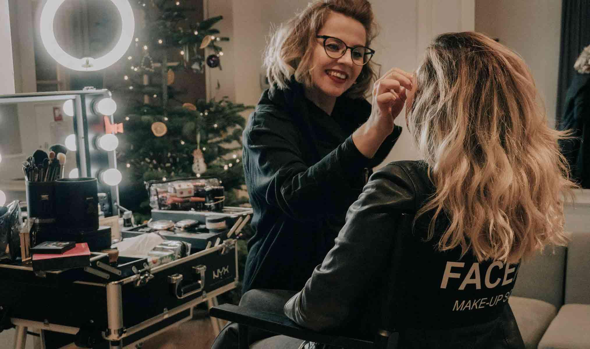 Makijażystka Katarzyna Zielińska wykonująca makijaż u klientki