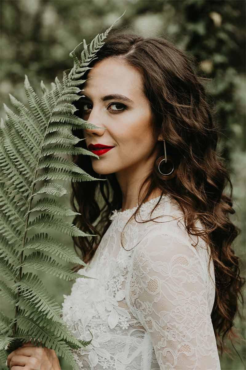 Panna młoda w makijażu klasycznym, ślubny z podkreślonymi mocno ustami w kolorze czerwonym