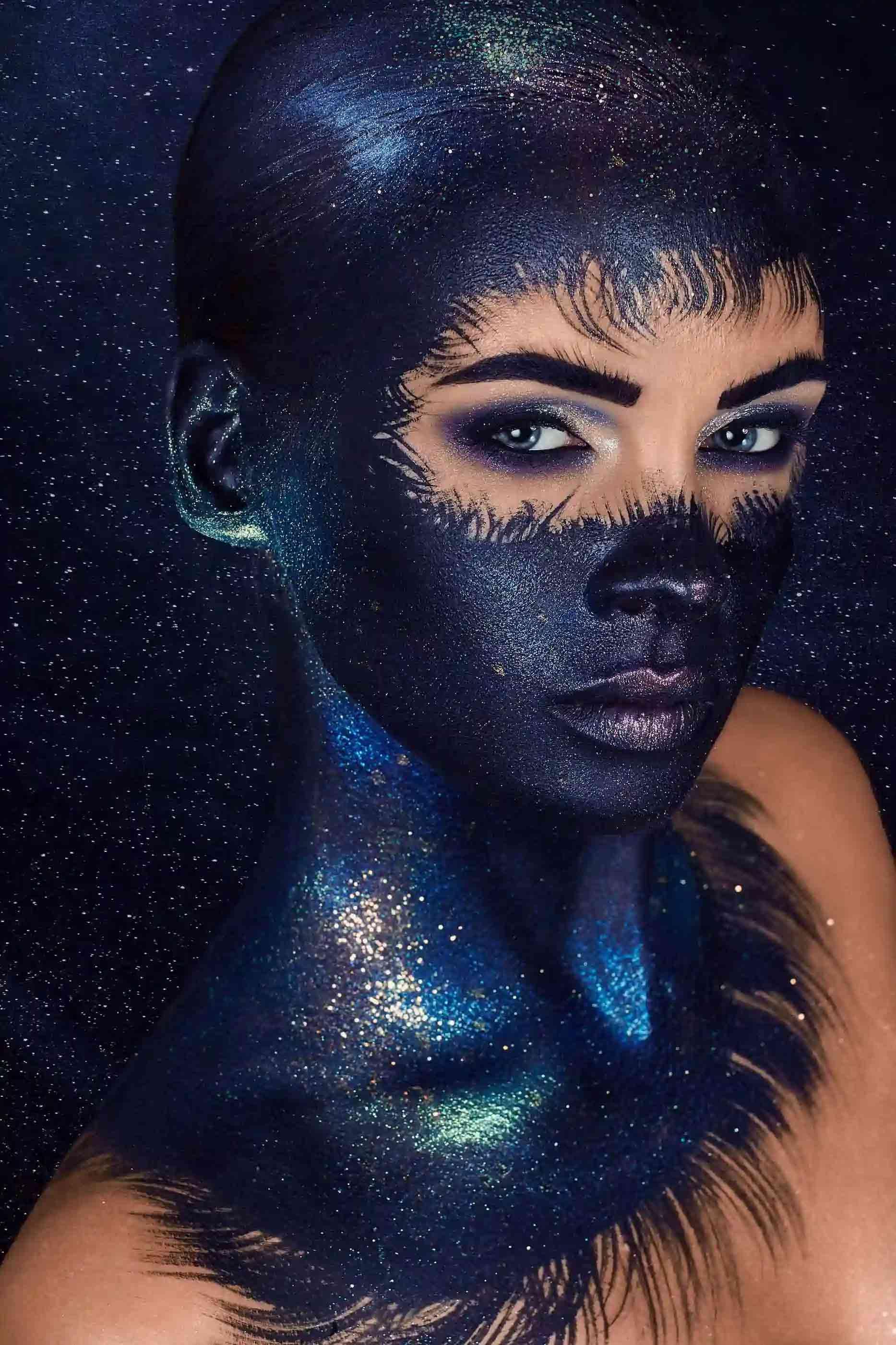 Pełen makijaż ciała przedstawiający gwiazdy i otchłań kosmosu wykonany na modelce o regularnych rysach