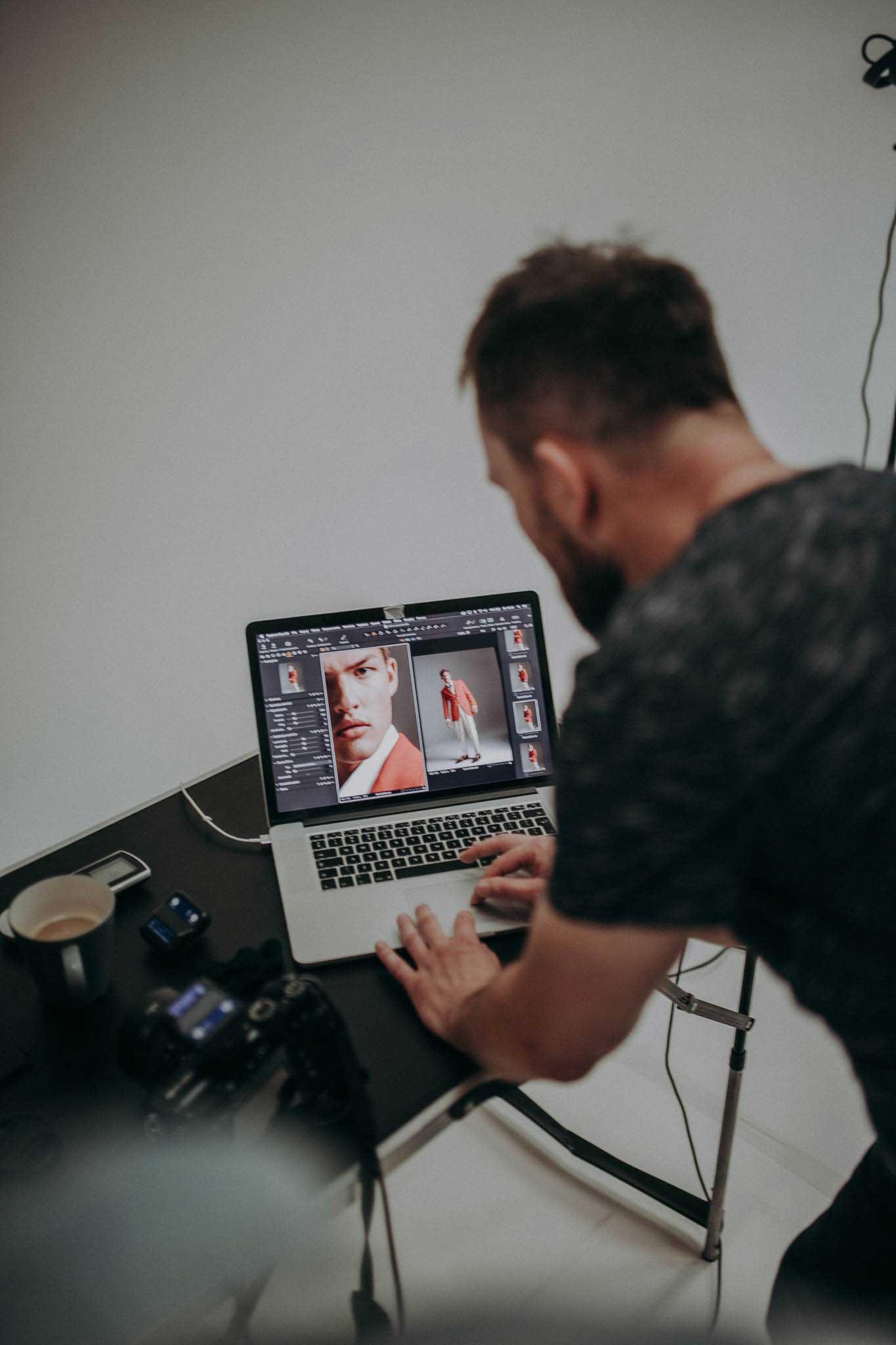 Fotograf Jacek Ura przegląda ujęcia z sesji zdjęciowej