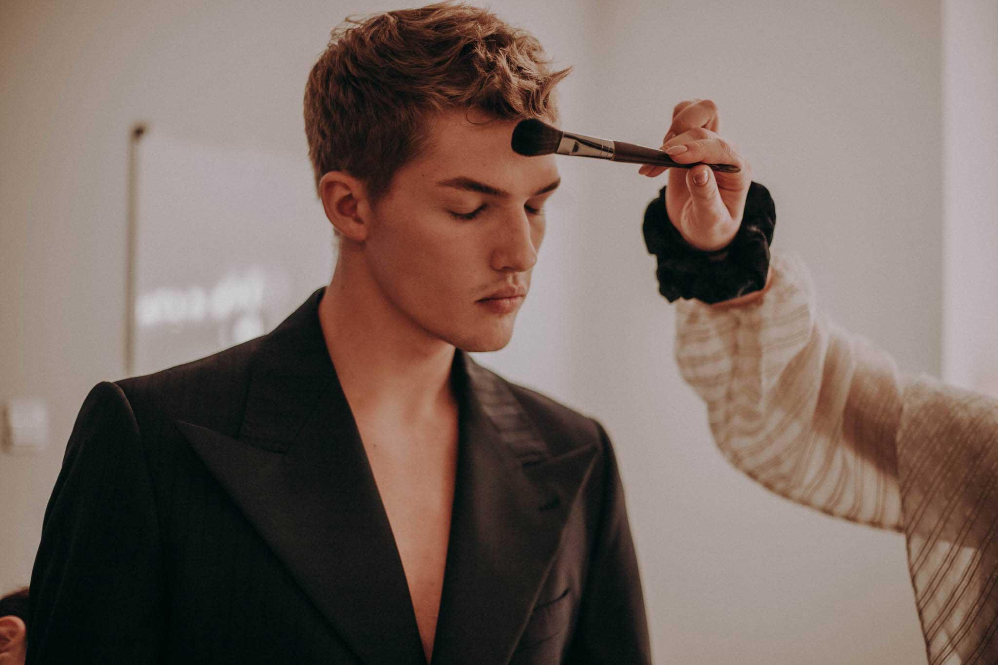 Katarzyna Zielińska wykonuje makijaż na mężczyźnie