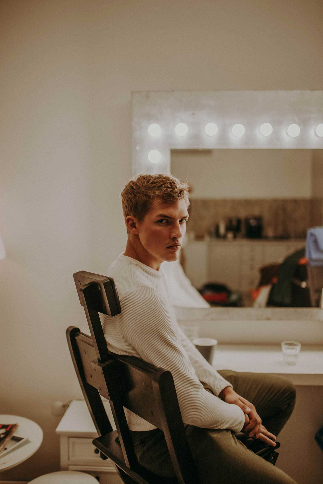 Daniel Szewera oczekuje na woją kolej na planie zdjęciowym