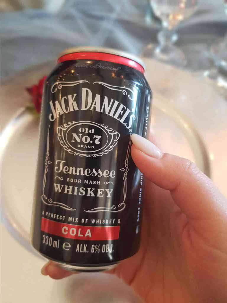 Puszka Jack Daniel's na weselnym stole