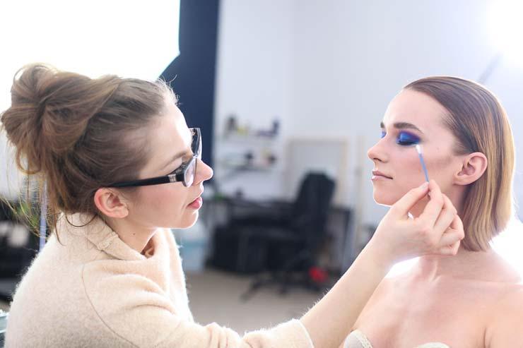 Katarzyna Zielińska prezentuje jak wykonać makijaż wieczorowy na modelce