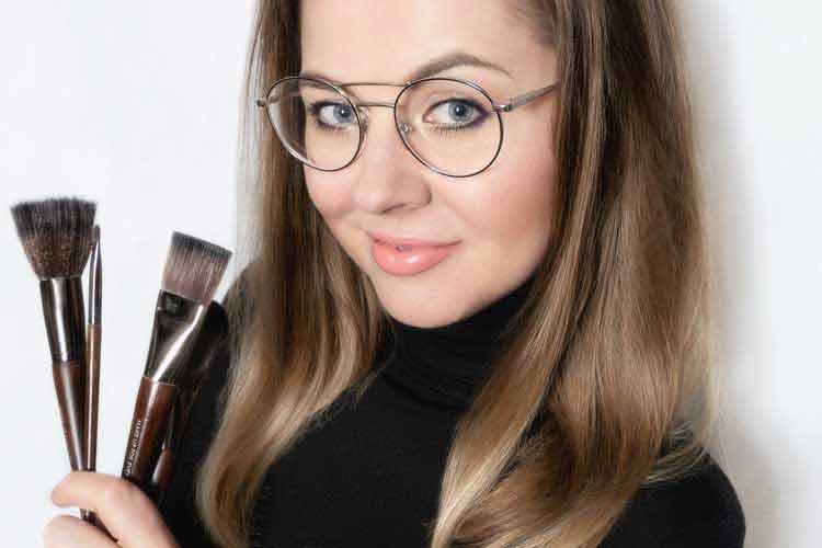 Katarzyna Zielińska prezentuje komplet pędzli do makijażu dziennego