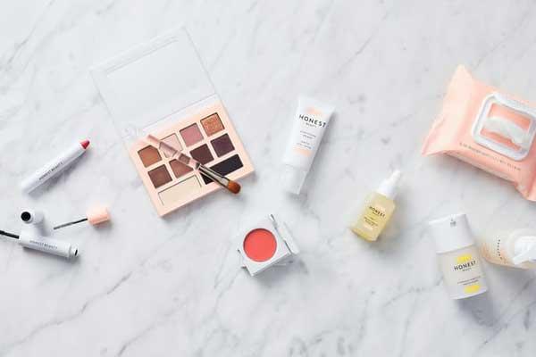 kosmetyki do makijażu dziennego poukładane na blacie