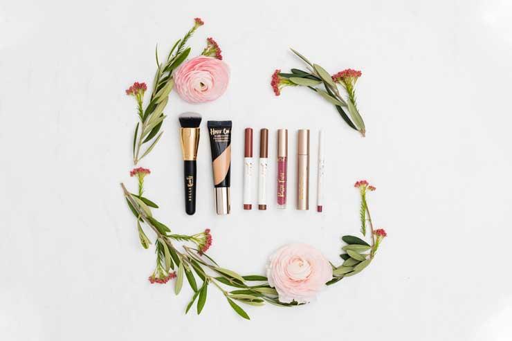 kosmetyki do makijażu ślubnego ułożone na białym tle