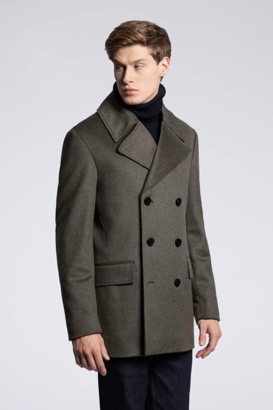 Model w dwurzędowym płaszczu na sesji zdjęciowej