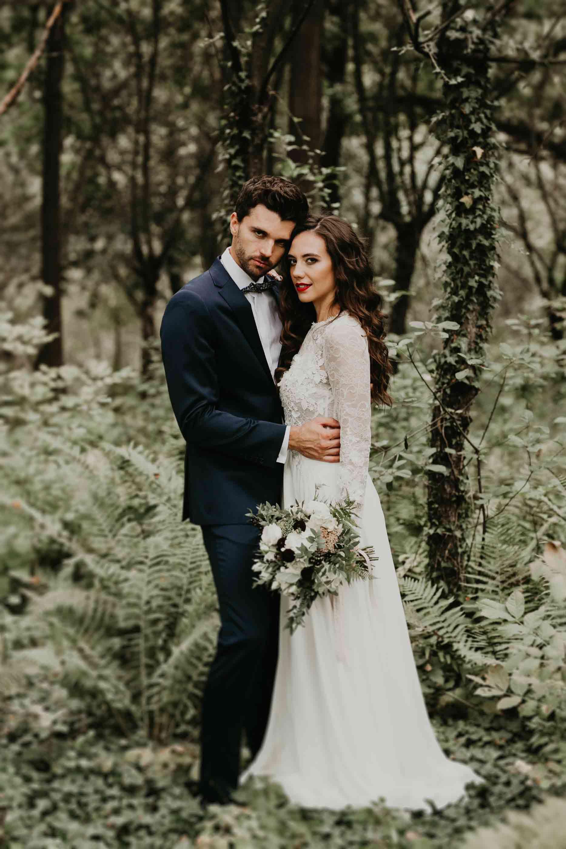 makijaż ślubny pary młodej podczas sesji ślubnej w przepięknej aranżacji kwiatów paproci styl minimalistyczny