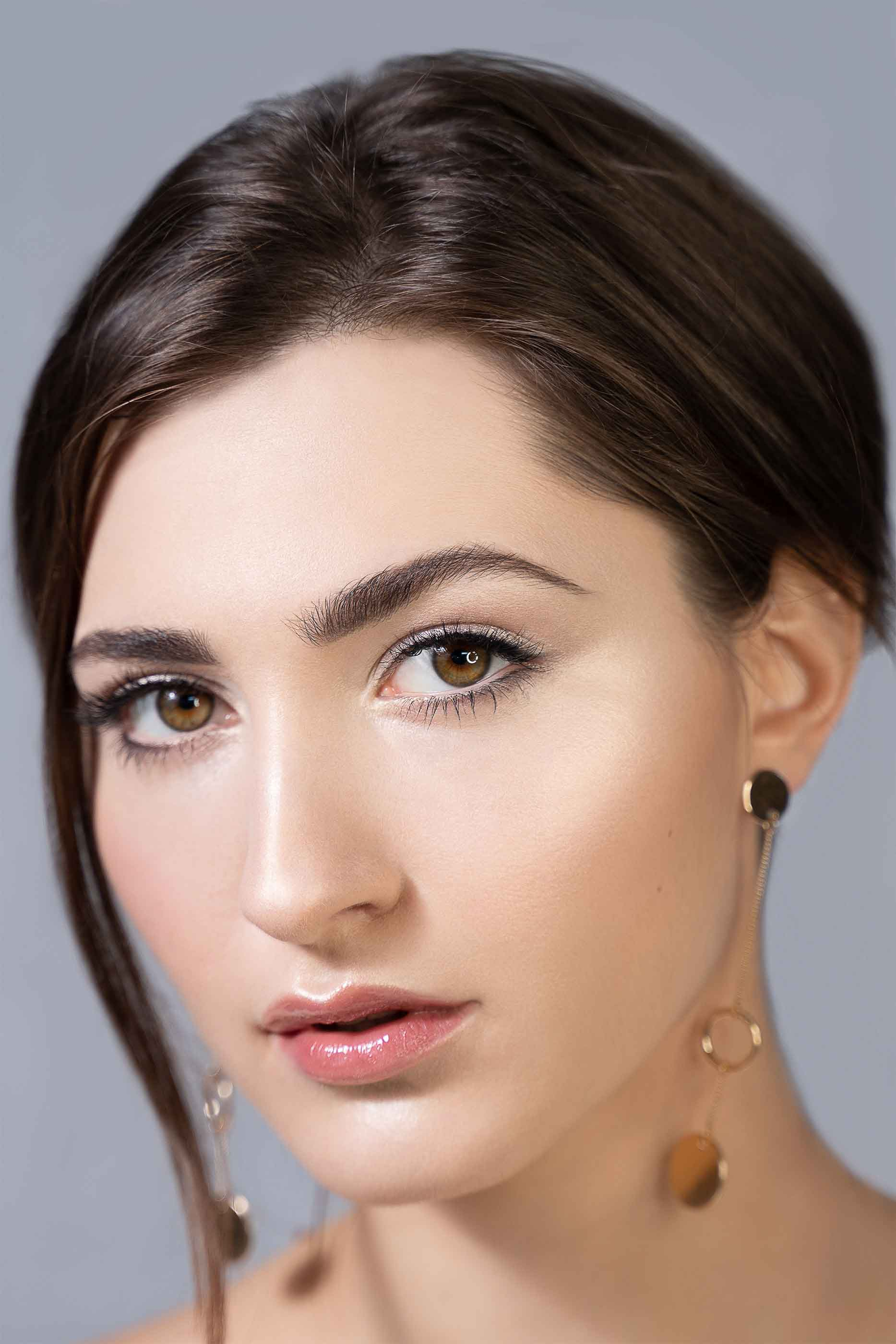 Minimalistyczny i naturalny makijaż dzienny na pięknej modelce