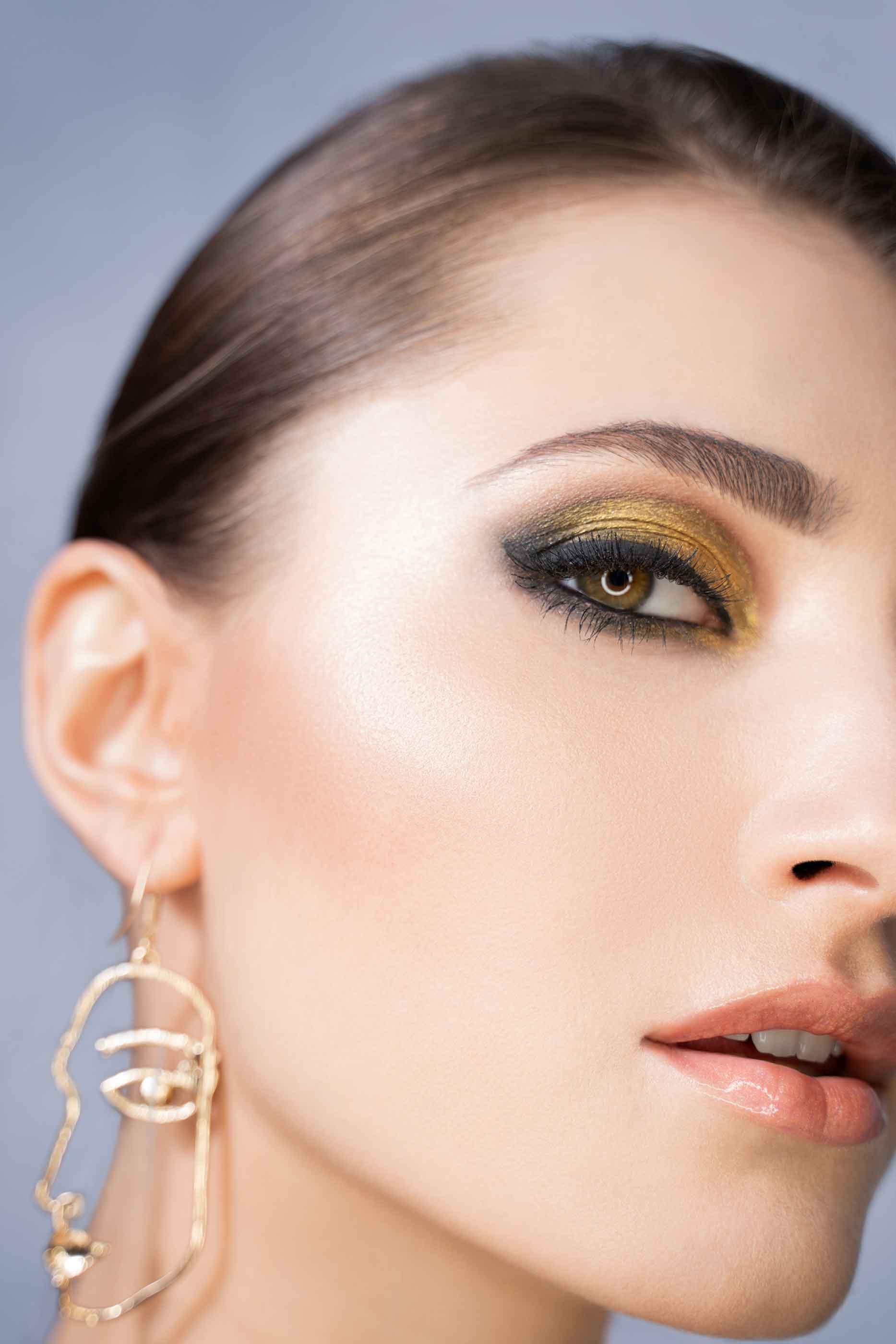 nowoczesny złoty makijaż w stylu cut crease na pięknej brunetce