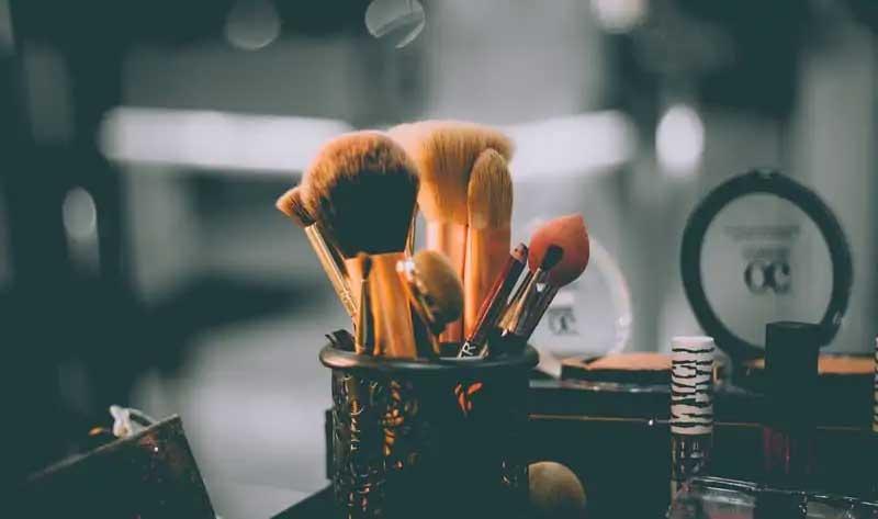przybornik z pędzlami gąbkami i szczotkami do makijażu