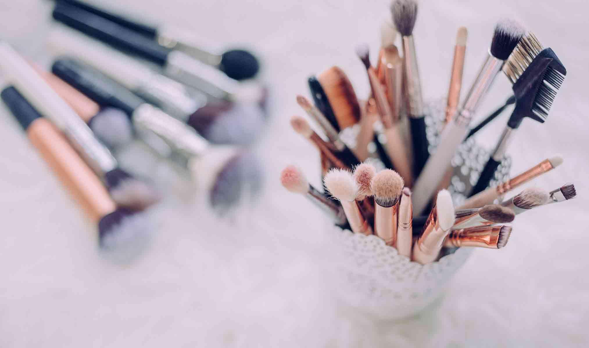 zbiór pędzli i szczotek do makijażu używanych przy charakteryzacji